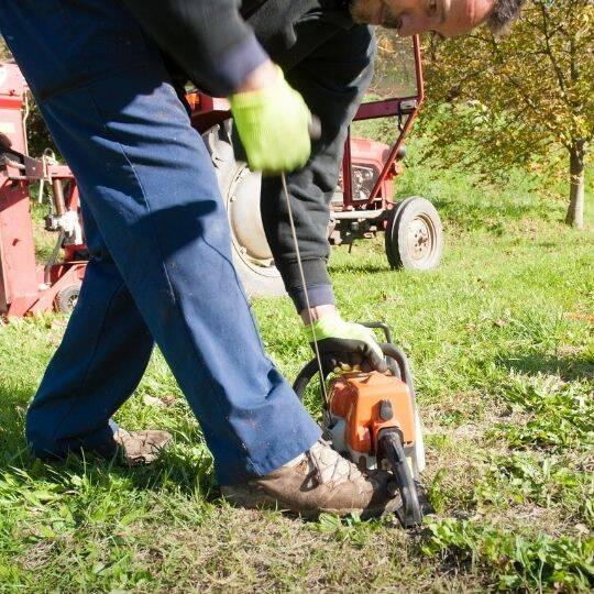 start the chainsaw in proper way 1