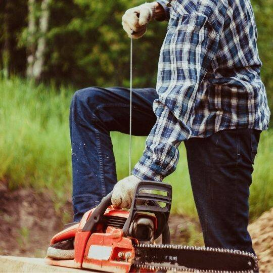 start the chainsaw in proper way